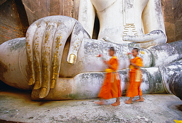 Novice monks and Phra Atchana Buddha statue, Wat Si Chum, Sukhothai, UNESCO World Heritage Site, Sukhothai Province, Thailand, Asia
