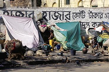 Pavement dwellers at Kalighat near Mother Teresa's sanctuary, Kolkata (Calcutta), India, Asia