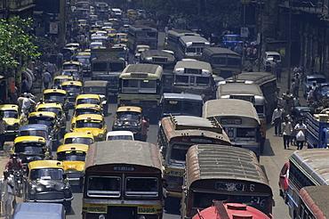 Traffic jam on street on approach to the Howrah Bridge, Kolkata (Calcutta), West Bengal state, India, Asia