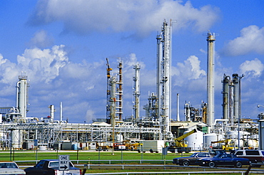 Oil refinery on bank of Mississippi near Baton Rouge, Louisiana, USA
