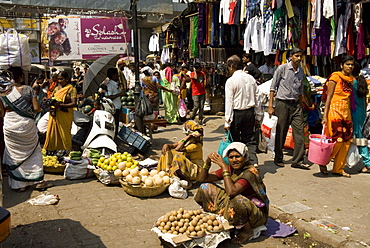 Street market in Kalyan, dormitory town of Mumbai, India, Asia