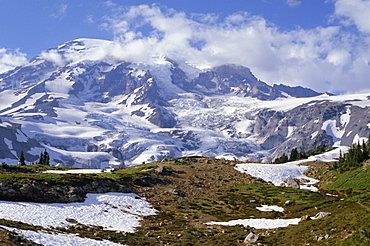 Nisqually Glacier in foreground, with Mount Rainier, the volcano which last erupted in 1882, 4392m high, beyond, Cascade Mountains, Washington State, United States of America (U.S.A.), North America