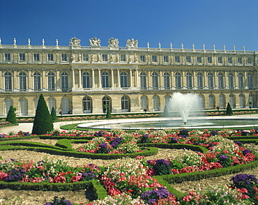 Le Parterre du Midi and fountain in front of the Chateau of Versailles, UNESCO World Heritage Site, Ile de France, France, Europe
