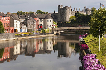Castle and River Nore, Kilkenny, County Kilkenny, Leinster, Republic of Ireland, Europe
