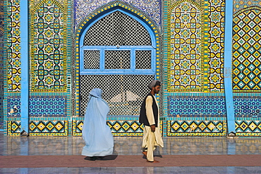 Pilgrims at the Shrine of Hazrat Ali, who was assassinated in 661, Mazar-I-Sharif, Afghanistan, Asia