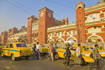 Yellow Ambassador taxis outside Howrah train station, Kolkata (Calcutta), West Bengal, India, Asia