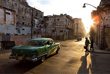Vintage American cars on Avenue Colon, early morning, Havana Centro, Havana, Cuba, West Indies, Central America