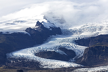 Tongue of the Vatnajokull Glacier creeping down the mountains behinf Fjallsarlon lagoon, South Iceland, Polar Regions