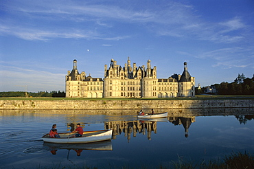 Boats on water in front Chateau Chambord, UNESCO World Heritage Site, Loir-et-Cher, Centre, France, Europe