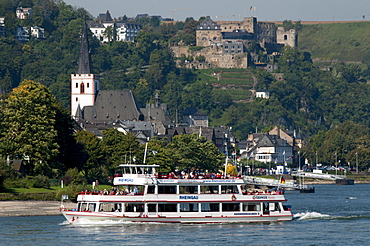 River Rhine tourist cruiser passes in front of St. Goar, Rheinfels castle, Rhineland-Palatinate, Germany, Europe