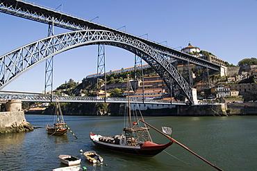 Dom Luis 1 bridge over the River Douro, Cais de Ribeira waterfront, with Vila Nova de Gaia opposite, Oporto, Portugal, Europe
