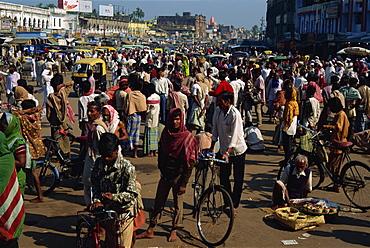 Crowds of pilgrims gather outside Jagannath Temple, Puri, Orissa State, India, Asia