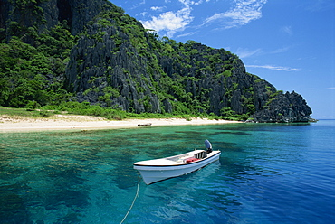 Boat moored off a secluded beach on Coron Island, Palawan, Philippines, Asia