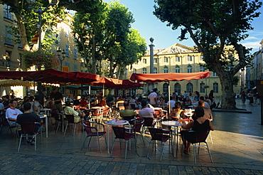Pavement cafe in the Place de l'Hotel de Ville, Aix-en-Provence, Bouches-du-Rhone, Provence, France, Europe