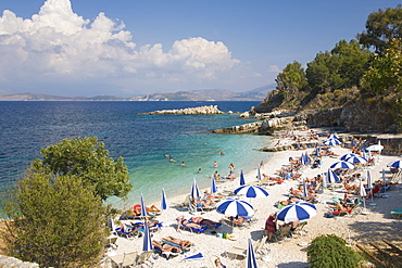 Beach crowded with holidaymakers, Kassiopi, Corfu, Ionian Islands, Greek Islands, Greece, Europe