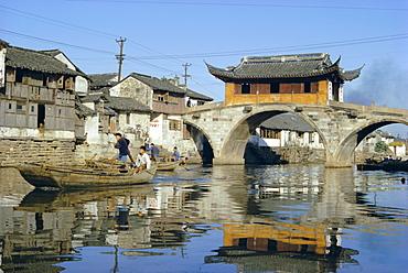 17th century Pavilion Bridge over ancient canal, near Soochow (Suzhou), China, Asia