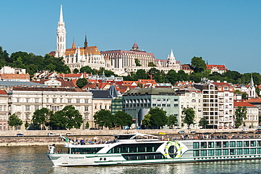 Castle Hill with Matthias Church and Fishermen's Bastion, UNESCO World Heritage Site, with cruiseboat, Budapest, Hungary, Europe