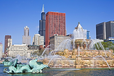 Buckingham Fountain in Grant Park with Sears Tower and skyline beyond, Chicago, Illinois, United States of America, North America