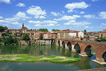 The river and bridge with the town of Albi in the background, Tarn Region in the Midi Pyrenees, France, Europe