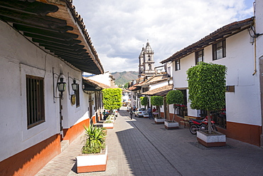 Typical street, in the distance the Parroquia de San Francisco de Assisi, Valle de Bravo, Mexico, North America
