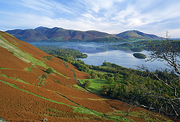 The town of Keswick, beside Derwent Water, with Skiddaw and Blencathra behind, Lake District, Cumbria, England, United Kingdom, Europe