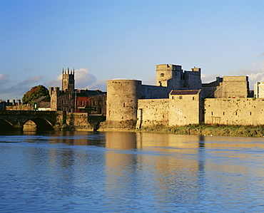 King John's Castle and the River Shannon, Limerick, County Limerick, Munster, Republic of Ireland (Eire), Europe
