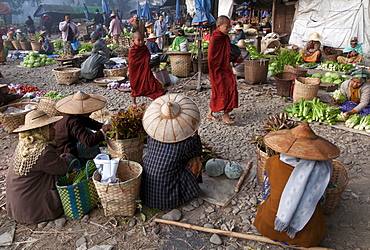 Morning market, Hsipaw, Northern Shan State, Myanmar, Asia