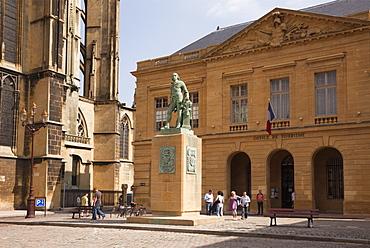 Bronze statue of Abraham de Fabert d'Esternay by St. Etienne cathedral and Tourist Information building, Place d'Armes, Metz, Lorraine, France, Europe