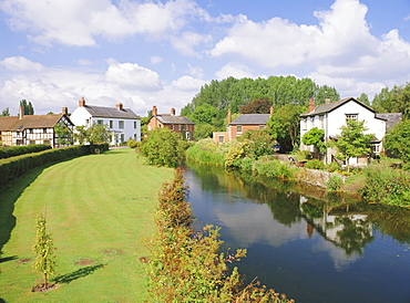 Cottages and River Arrow from the bridge, Eardisland, Herefordshire, England, UK, Europe