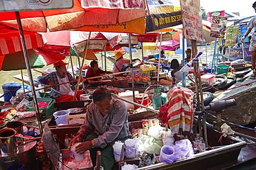 Floating food stalls at Amphawa floating market, Bangkok, Thailand, Southeast Asia, Asia