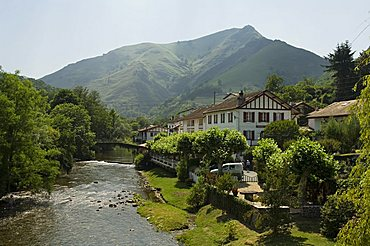 River Nive, Saint Etienne de Baigorry (St.-Etienne-de-Baigorry), Basque country, Pyrenees-Atlantiques, Aquitaine, France, Europe