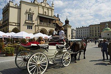 The Cloth Hall (Sukiennice), Main Market Square (Rynek Glowny), Old Town District (Stare Miasto), Krakow (Cracow), UNESCO World Heritage Site, Poland, Europe - 641-6437