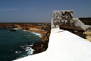 Fortaleza de Sagres, old cannon facing Cabo de Sao Vicente, the most westerly point in Europe, Algarve, Portugal, Europe