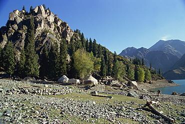 Yurts by Lake Tianchi (the Lake of Heaven), in the mountains at Urumqi, in Xinjiang, China, Asia
