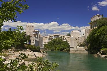 The new Old Bridge over the fast flowing River Neretva, Mostar, Bosnia, Bosnia-Hertzegovina, Europe
