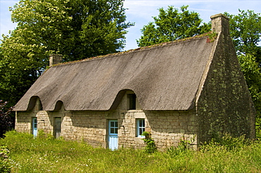 Typical ancient Breton thatched house, near Lorient, Morbihan, Brittany, France, Europe