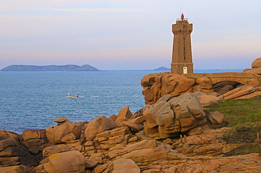 Men Ru lighthouse, Ploumanach, Cote de Granit Rose (Pink Granite Coast), Cotes d'Armor, Brittany, France, Europe