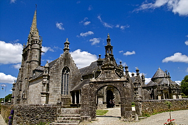Triumphal Arch dating from between 1581 and 1588, and church dating from the 16th and 17th centuries, Guimiliau parish enclosure, Finistere, Brittany, France, Europe