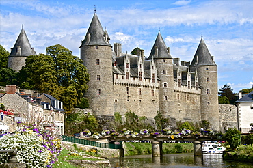 Josselin Chateau castle facade, dating from the 16th century and Saint Croix bridge over Oust River, Josselin, Morbihan, Brittany, France, Europe