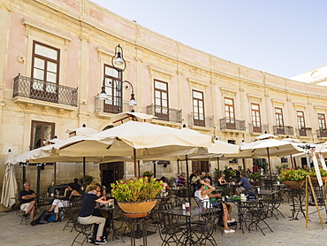 Cafe in Cathedral Square, Ortigia, Syracuse, Sicily, Italy, Europe