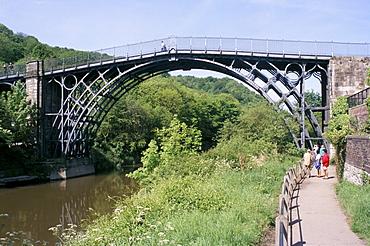 Iron bridge over the River Severn, Ironbridge, UNESCO World Heritage Site, Shropshire, England, United Kingdom, Europe