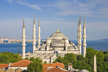 The Blue Mosque (Sultan Ahmet Camii) with domes and six minarets, Sultanahmet, central Istanbul, Turkey, Europe