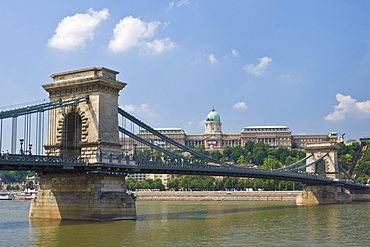The Chain Bridge (Szechenyi Lanchid), over the River Danube, with the Hungarian National Gallery, behind, Budapest, Hungary, Europe