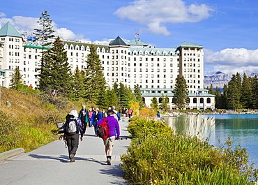 Hikers walking towards The Fairmont Chateau Lake Louise Hotel, Lake Louise, Banff National Park, UNESCO World Heritage Site, Alberta, The Rockies, Canada, North America