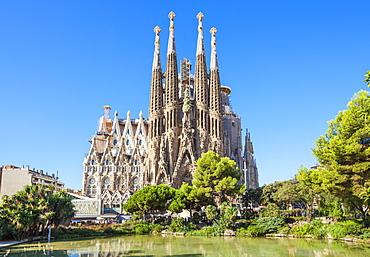 La Sagrada Familia church front view, designed by Antoni Gaudi, UNESCO World Heritage Site, Barcelona, Catalonia (Catalunya), Spain, Europe