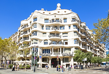 Front facade of the Casa Mila (La Pedrera) by Antoni Gaudi, UNESCO World Heritage Site, Barcelona, Catalonia (Catalunya), Spain, Europe