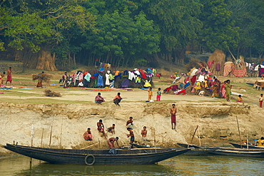 Village on the bank of the Hooghly River, part of the Ganges River, West Bengal, India, Asia