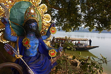 Hindu statue and the Hooghly River, part of the Ganges River, West Bengal, India, Asia