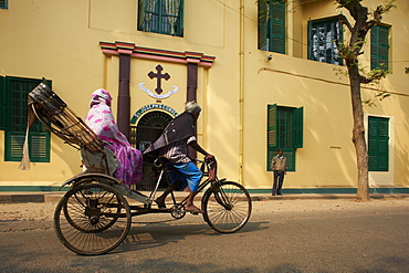 Rickshaw in front of St. Joseph's Convent, Chandernagor (Chandannagar), former French colony, West Bengal, India, Asia