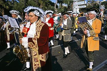 Musicians in the parade, Battle of the Flowers, Carnival, Promenade des Anglais, Nice, Alpes-Maritimes, Provence, France, Europe